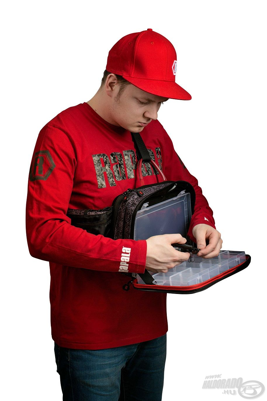 A vízálló Sling Bag egy rendkívül praktikus rekesszel teszi lehetővé, hogy akár a vízben állva, a táska elejét lenyitva, mint egy tálcán válogassunk a felszerelés között
