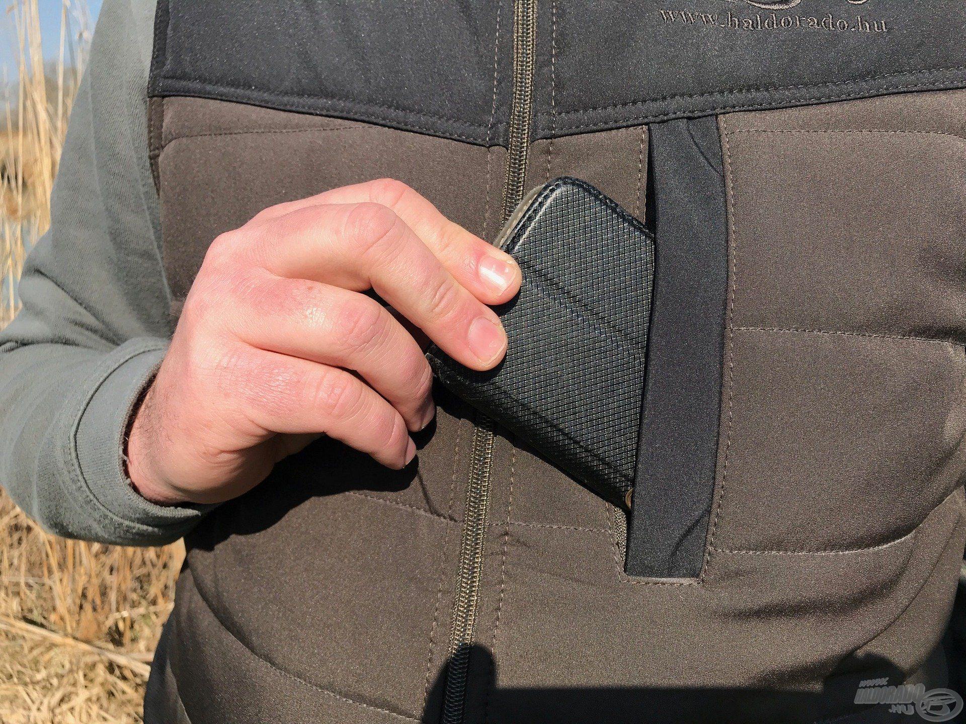 A mellkason található cipzáras zseb remek tároló hely mobiltelefonunknak
