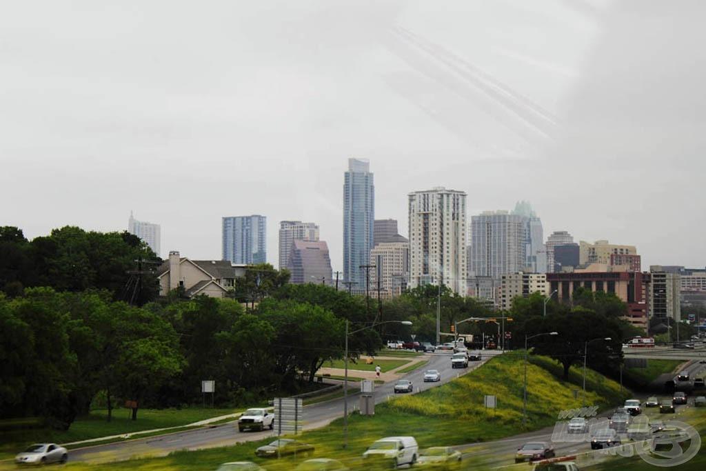 Másnap reggel ez a kép tárult elénk. Azt hittem, hogy Texas kopár és kietlen terület, tele olajkutakkal… Ehelyett meglepően zöld és nagyon modern, teljesen élhető vidék