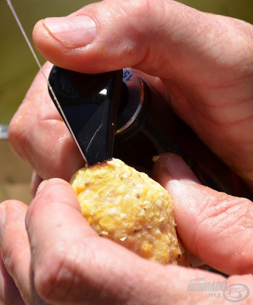 A kész gombócra kerül rá a sűrű aroma. Ez a 15-ös flakon… egyiken sincs egy betű sem, csak a horgász tudja, hogy melyikbe mit töltött. Nagyon komoly versenyeik vannak, és így akarják a titkot megőrizni!