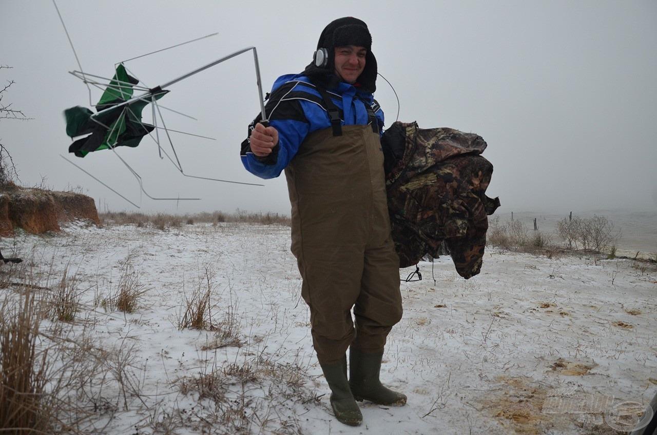 A dolgot tetézte a rendkívül erős szél. Operatőrünk kezéből is kicsavarta az ernyőt és 1 perc alatt tette használhatatlanná. Talán nem csoda, hogy visszavonulót fújtunk, nem volt kedvünk horgászni…