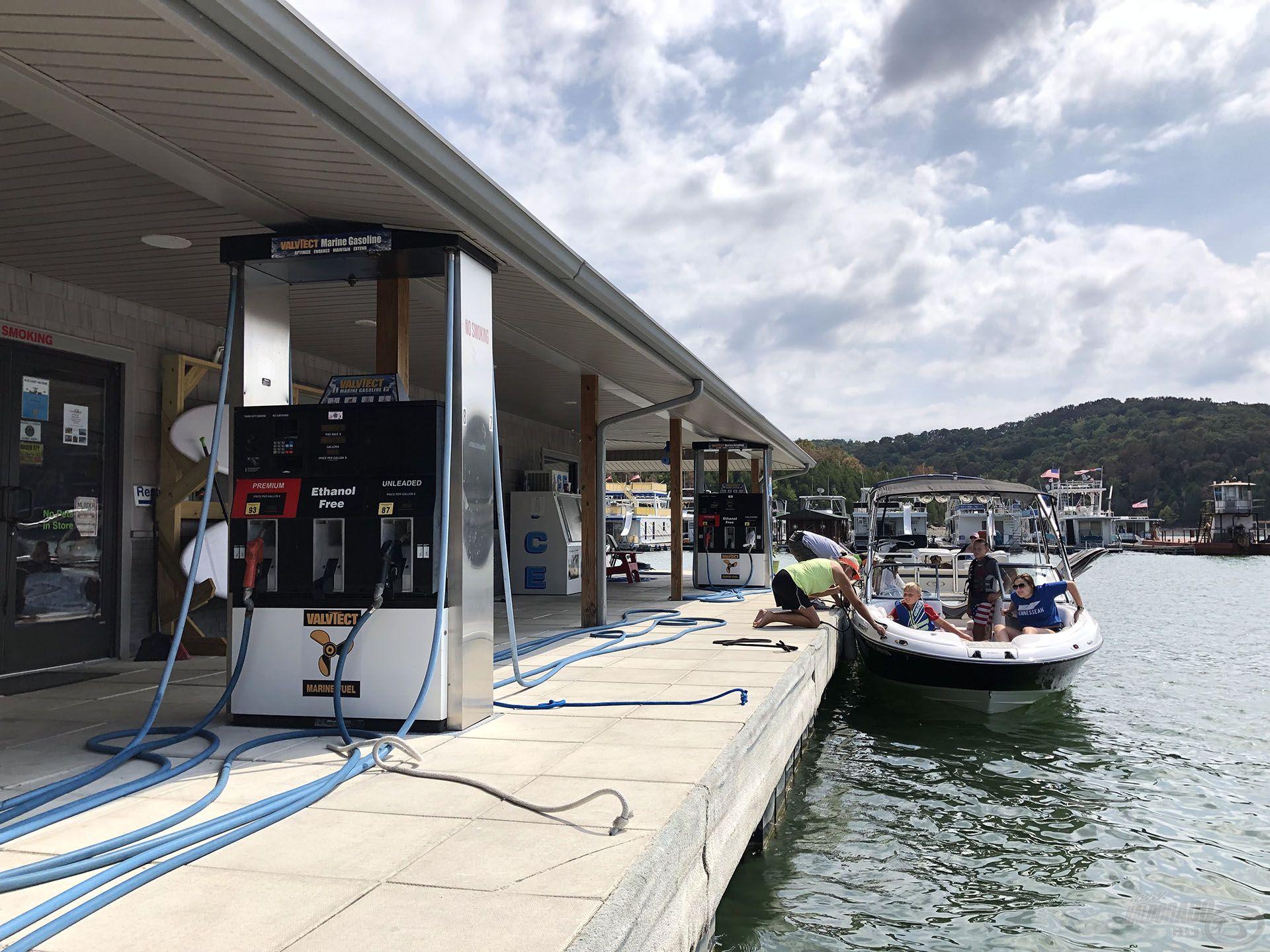 Üzemanyag kell? Nem probléma, 12 állásos benzinkút a vízen, hogy ha sokan indulnának egyszerre hajózni, akkor se legyen fennakadás