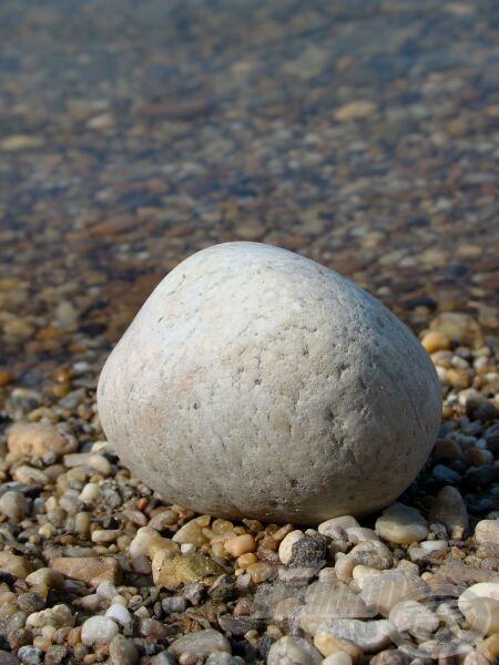 Gömbölyűre kopott kavics. Ki tudja, hol került a folyóba, mennyi ideig utazott…