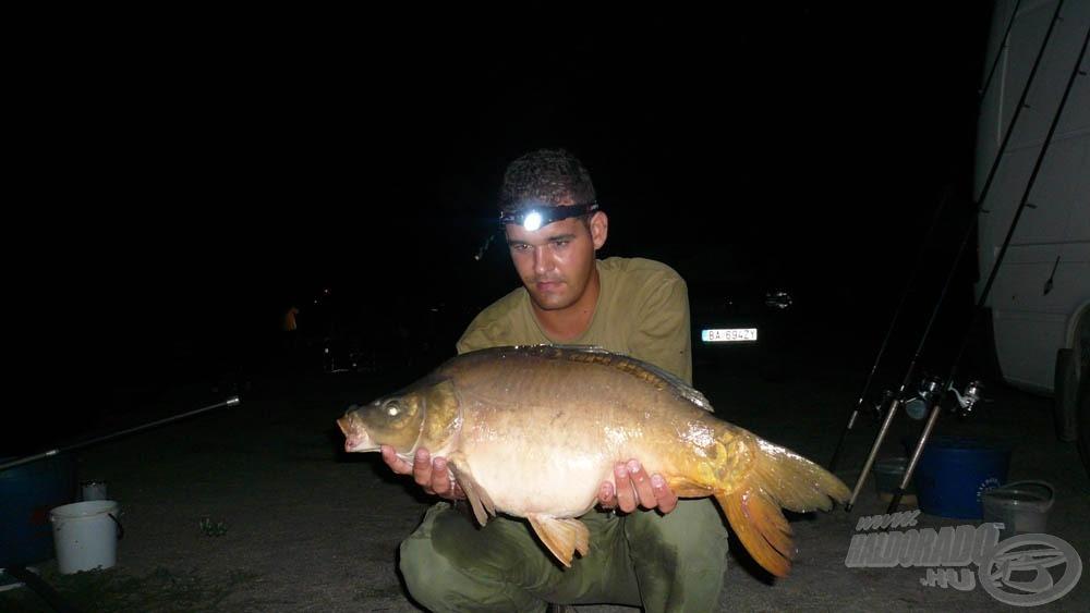 Ez itt az éjszaka legnagyobb hala, majdnem 7 kiló (megjegyzem, ezt édesapám fogta, de Ő nem hajlandó fényképezkedni verseny alatt. Takács Peti, vagy Tóth Feri tudna mesélni, milyen harcot kell vívni vele egy-egy képért :))