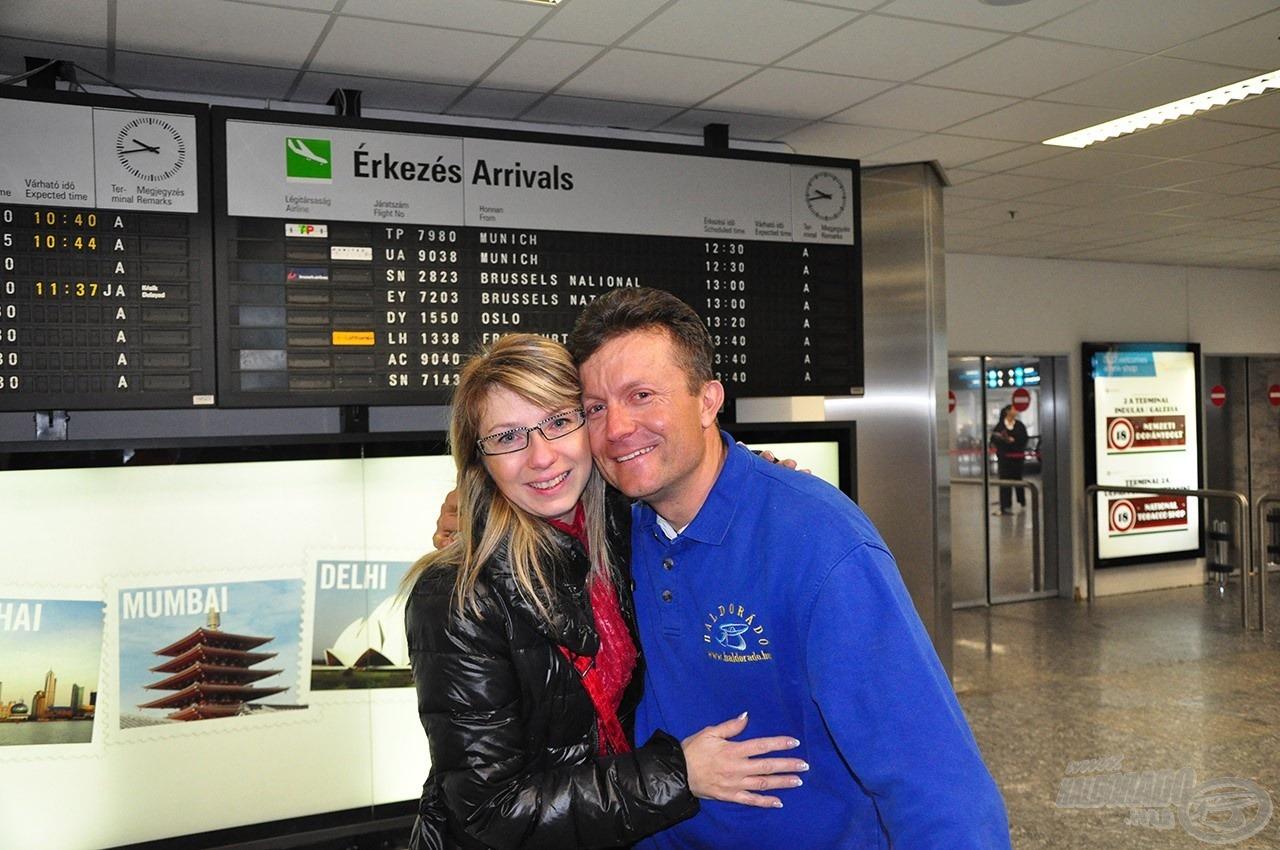 A szeretteink és barátaink vártak a repülőtéren… nagyon jó érzés volt az örömkönnyekkel küszködni