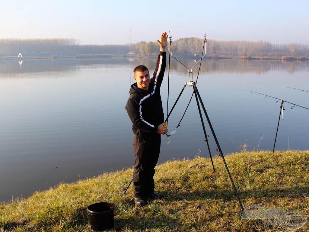 A horgászat kezdetén az alapozó etetéshez használhatunk spombot, rakétát, parittyát vagy akár egy ilyen óriás csúzlit is
