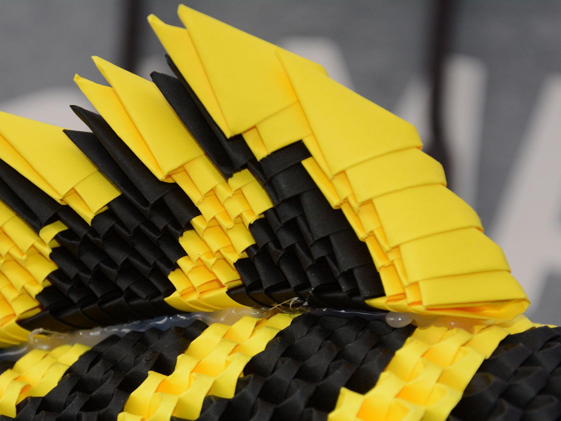 ugyanis ez egy origami hal, pici papír kockákból hajtogatva. Hihetetlenül szép és részletgazdag munka! Köszönjük!