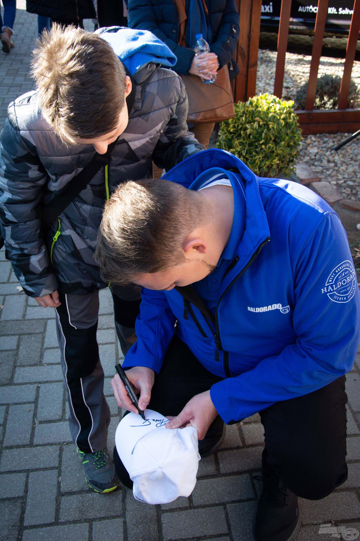 Putz Tamás dedikálja egy fiatal horgász új sapkáját, lesz mit hazavinni emlékbe!