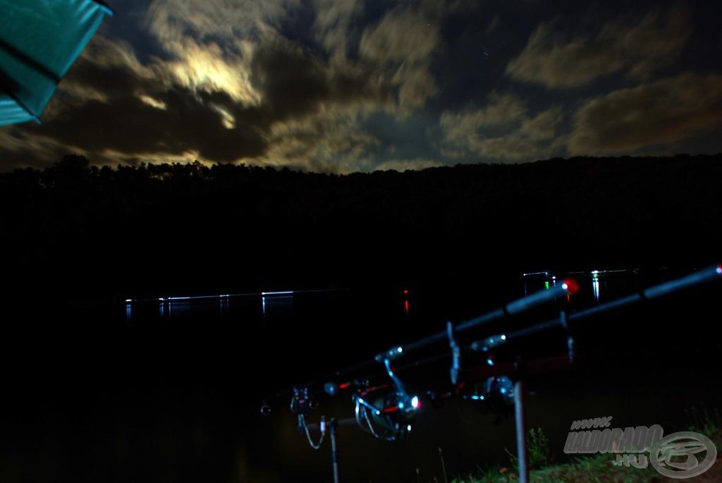 Rohanó felhők az éjszakában
